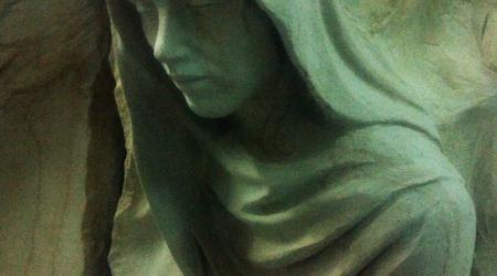 Rzeźba nagrobna Anioł rozdarty (fragment)