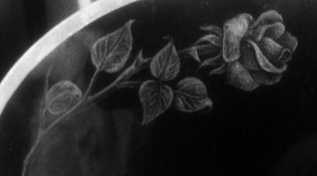 Nagrobek rzeźbiony - róża w kamieniu
